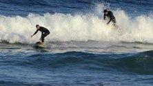 Сърфисти на сърфират на Бонди Бийч в Сидни, Австралия.