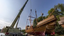 Кораба на снимката са копия на средновековни превозни средства и част от декора на пиесата Клетва на праведните. Премиерата на театъра на открито, предстои на 22 юни 2019 г. в Германия и разказва легендата за пирата Клаус Стоербекер.