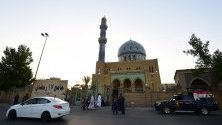 Мюсюлманите по света празнуват Айд ал-Фитр, тридневният фестивал, който отбелязва края на мюсюлманския месец пост на Рамадан.