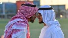 Мюсюлманите от Кувейт се поздравяват, след сутрешната молитвапо време на празненствата Айд ал-Фитр, които отбелязват края на Рамадан в Кувейт.
