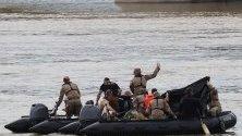 Унгарци в издирване на 18-те южнокорейци, които не са били открити в смъртоносната лодка. Туристическата лодка се сблъска с по-голям кораб и потъна на 29 май, оставяйки най-малко осем южнокорейци мъртви и още 18 други.