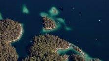 Въздушна снимка на острови в езерото Ейбзее близо до Гармиш-Партенкирхен, Германия.