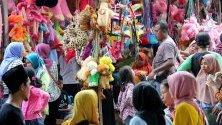 Мюсюлманите по света празнуват Eid al-Fitr, тридневния фестивал, отбелязващ края на мюсюлманския месец Рамадан. Eid al-Fitr е един от двата големи празници в исляма.