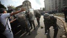 """Членове на специалните сили на Карабинерос хвърлят гранатов сълзотворен газ по време на протест, организиран от Асоциацията на учителите и учениците от средното образование срещу Закона за """"Безопасна класна стая"""" и заради промяната на учебната програма през третата и четвъртата учебна година в Сантяго, Чили."""