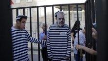 Албански привърженици на опозицията импровизираха затворническа клетка с лицата на премиера Еди Рама и кмета на Дур Ванджуш Дако, които са обвинени в закупуване на гласове по време на протест в Тирана, Албания. Опозицията настоява за оставката на премиера Еди Рама и предсрочни избори.