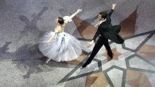 Артисти танцуват традиционния виенски валс по време на австрийския бал в кметството в Сараево, Босна и Херцеговина.