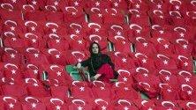 Привърженик на Турция преди УЕФА ЕВРО 2020, квалификационен футболен мач между Турция и Франция в Коня, Турция.