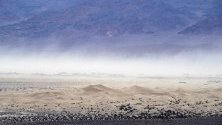 Пясъчни дюни на Мескит се виждат от Мозаечния каньон в Долината на смъртта, Калифорния, САЩ.