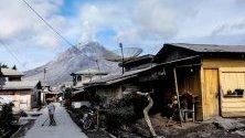 Гледка откъм връх Синабунг, изригващ вулканичен дим в Каро, Индонезия.  Синабунг е един от най-активните вулкани в Индонезия.