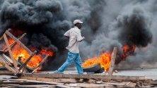 Демонстрантите обикалят улиците в Порт-о-Пренс, Хаити. Столицата на Хаити беше почти парализирана, след като опозицията призова протестантите да поискат оставката на президента Jovenel Moise поради твърдения за корупция.