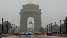 Оптичната илюзия, причинена от издигането на топлина по път в Ню Делхи, Индия.