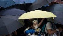 Протестиращи зад барикади по време на митинг срещу законопроекта за екстрадиране пред Законодателния съвет в Хонконг, Китай. Законопроектът ще позволи прехвърлянето на бегълци към чужди юрисдикции, с които Хонконг няма договор, включително континентален Китай.