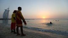 Залез на обществения плаж Джумейра в Ум Сукеим в емиратския залив на Дубай, Обединените арабски емирства.