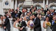 Шестнадесет двойки младоженци се венчаха в групова сватбена церемония, наречена Сватбите на св. Свети Антоний в Лисабонската катедрала в Португалия.