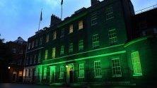 Даунинг Стрийт е осветена в  зелено, за да почете загиналите в пожарната трагедия на Гренфел Тауър в Лондон, Великобритания. Двадесет души са загубили живота си преди две години на 14 юни 2017 г.