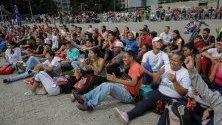 Група хора гледат телевизионното излъчване на мача между Венецуела и Перу в Бразилия на площад Венецуела в Каракас. Мачът завърши 0-0.