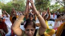 Индийци практикуват йога в парка сутрин в подготовка за Световния ден на йога в Бхопал, Индия. Международният ден на йога ще се провежда на 21 юни.