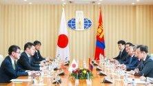 Японският външен министър Таро Коно с монголския си колега Дамдингин Цогтабаар по време на срещата им в Улан Батор, Монголия. Японският външен министър е на тридневно посещение в Монголия.