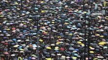 Протестиращите участват в митинг, желаейки пълното оттегляне на законопроекта за екстрадиране в Хонг Конг, Китай. Изпълнителният директор на Хонконг Кари Лам Ченг Юет-нгор обяви забавяне на спорния законопроект за екстрадиция след насилствените сблъсъци в Хонг Конг.