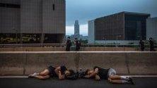 Протестиращи спят на пътя, тъй като продължават митинг с , който настояват за пълно оттегляне на законопроекта за екстрадиция в Хонг Конг, Китай.