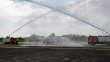 Хеликоптер за борба с подводната война е посрещнат с воден поздрав по време на 121-та годишнина във военна база в Кавите, южно от Манила, Филипините.