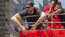 Марк Гасол празнува на борда на открит автобус по време на победният парад в центъра на Торонто, Канада. Шампионът на НБА за 2019 г. Торонто Раптърс побеждава войните на Голдън Стейт.