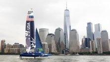 """Американска лодка с прякор """"Lady Liberty"""" тества водите в  пристанището в Ню Йорк по време на предварителен оглед на New York SailGP Race."""
