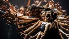 """Актьори-танцьори изпълняват на сцена пиесата """"Camino a Broadway"""" (Път към Бродуей) по време на гала събитие."""