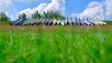 Канута подредени на брега на езерото Тиса, по време на годишната инициатива за почистване, наречена PET Cup Series в Кишкоре, Унгария.