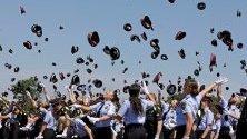 Полицаи от регионалната полиция на Каталуния Mossos d`Esquadra хвърлят шапките си след церемония по дипломирането им в Молле дел Валес, Барселона, Североизточна Испания