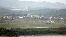 Севернокорейското село Гепунг-Гун, видяно от наблюдателната площадка Одусан край демилитаризираната зона на границата между Южна и Северна Корея.