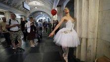 Актьор се представя на метростанция по време на флаш-моба Театърът слиза на метрото в Москва, Русия.