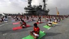 Персоналът на Индийския флот участва в йога сесия, за да отбележи петия Международен ден на йога, в Мумбай, Индия.
