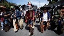 Хора участват в  честване на Jatun Puncha в Котакачи, малък местен град в северните Анди, Еквадор.