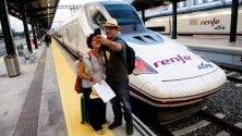 Пътници си правят  селфи до високоскоростният влак AVE, на гарата в Гранада, Испания.