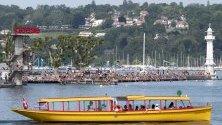 Хора се наслаждават на слънчево и топло време на Bains des Paquis на брега на Женевското езеро, в Женева,Швейцария.