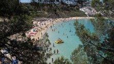 Плажът Arenal Dien Castell в Менорка, Испания.