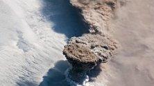 Разпечатка, предоставена от НАСА, показва облак от пепел и дим, изхвърлен от вулканът Райкоке на Курилските острови в Охотско море.