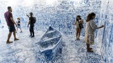 Хора посещават интерактивната инсталация Add Color (Refugee Boat) на художника Йоко Оно, съставена от празна стая с лодка, където посетителите могат да рисуват изображения по  стените, Ню Йорк, САЩ.