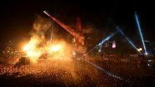 Изстреляни пламъци  във въздуха на  сцената на четвъртия ден от фестивалът Гластънбъри, Великобритания.