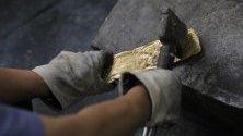 Китайски работник разбива златни кюлчета, които подготвя за производство в холдингова компания в Нанкин, провинция Дзянсу, Китай.