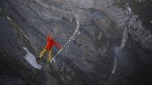 Лукас Ирмлер, който обича да ходи по въже, балансира на 200 метра височина по дългото 800 метра въже над Segnesboden, във Флимс, Швейцария.
