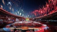"""Фойерверки осветяват небето над стадион """"Динамо"""" по време на церемонията по закриването на 2-ри Европейски игри в Минск, Беларус. Беларус проведе 2-ри Европейски игри от 21 до 30 юни 2019 г."""