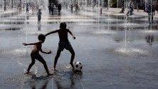 Децата играят във фонтан в Ница,  Франция.