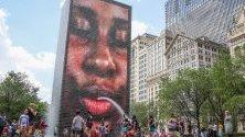 Хората се забавляват във водите на фонтан в парк Милениум в Чикаго, Илинойс, САЩ.