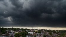 Тъмни облаци над  Бопал, Индия.