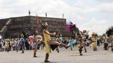 Танцьори от праиспанска култура участват в осветлението на Новият огън в Теотиуакан, Мексико.
