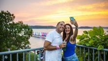 Двойка си прави селфи по време на Balaton Sound Festival Замарди, Унгария.