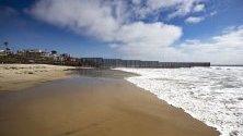 Стената, която ограничава границата между САЩ и Мексико. Тя е най-често преминаваната граница в света. 350 милиона души пресичат границата легално от едната в другата страна всяка година.