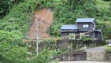 Свлачище близо до къща в Тосо, префектура Кагошима, югозападна Япония.